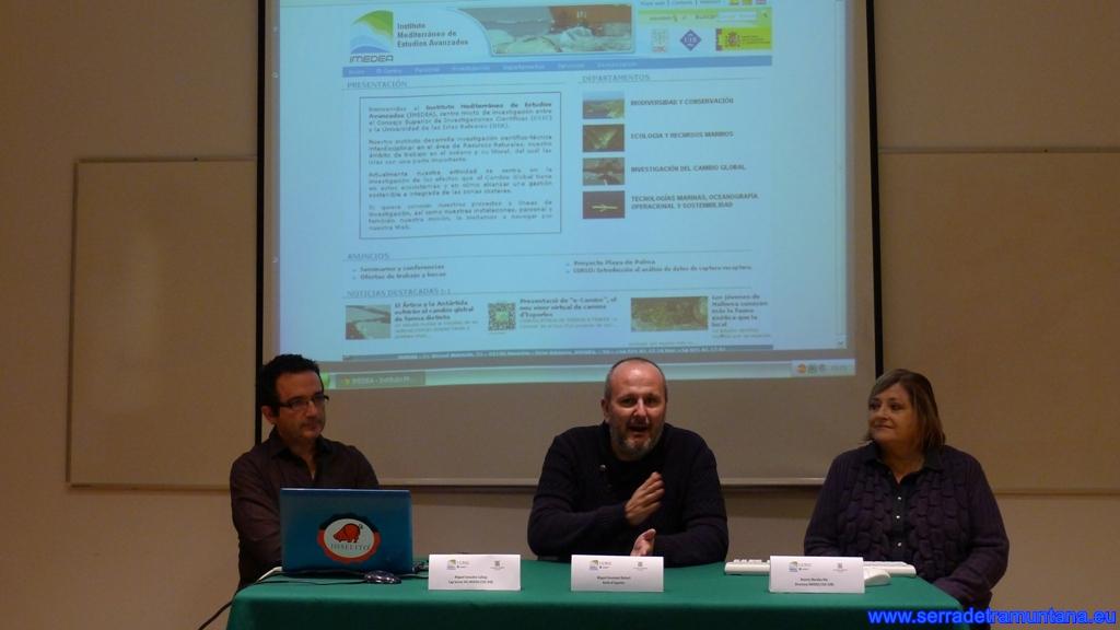 Mesa de la presentación. De izquierda a derecha Miguel González, director y presentador del proyecto, Miquel Ensenyat, alcalde de Esporles y Beatriz Morales, directora del IMEDEA